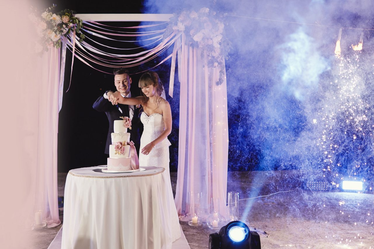 Bride-and-Groom-cutting-cake-scaled